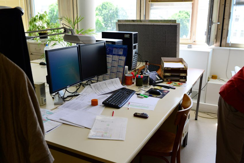 a cluttered workspace makes you less productive